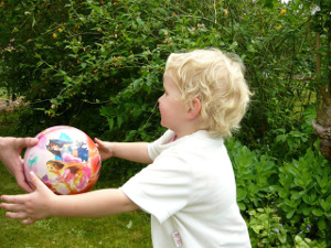 Kindergartenkind mit Ball