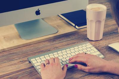 frau an einem apple computer - Bewerbung Studentenjob