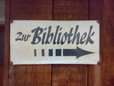 Messingschild Zur Bibliothek