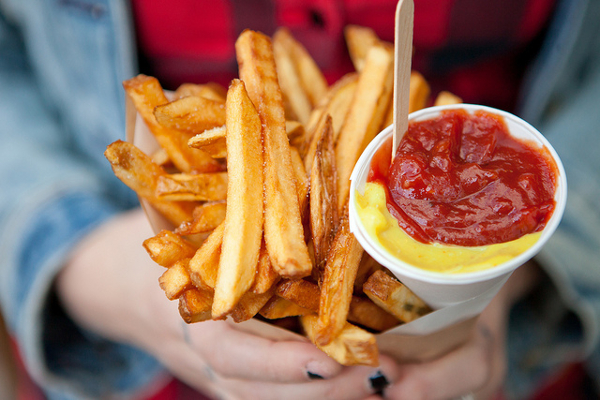 Pommes Frites mit Ketchup in Nahaufnahme